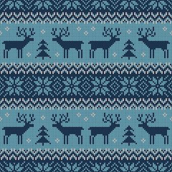 Blauw gebreid naadloos patroon met herten en traditioneel skandinavisch ornament.