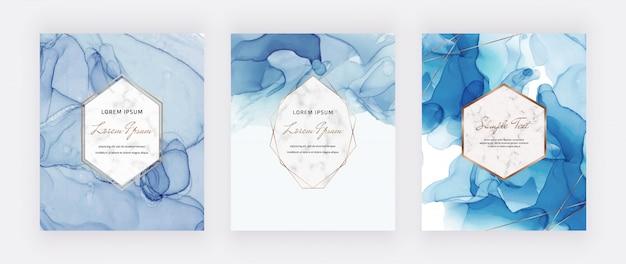 Blauwe kaarten met alcohol-inkt bezet met marmer en gouden veelhoekige lijsten.