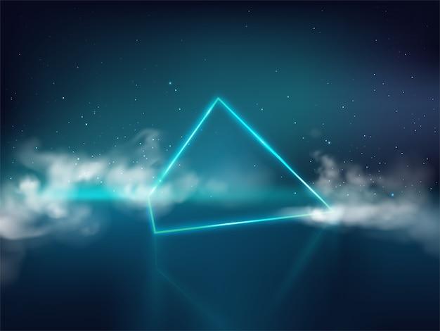 Blauwe laserpiramide of prisma op weerspiegelende oppervlakte en sterrige achtergrond met rook of mist