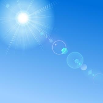 Blauwe lucht met zon en lensflare.