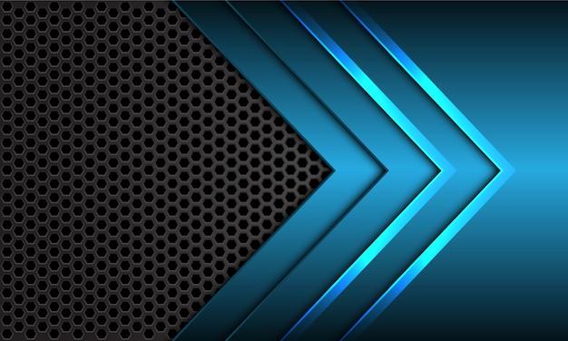 Blauwe metalen pijl richting donker grijs zeshoek mesh futuristische achtergrond.