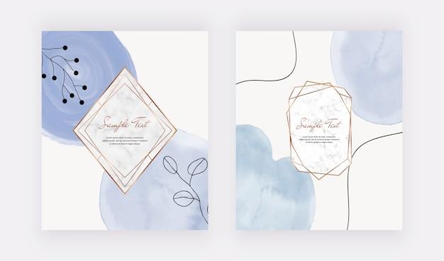 Blauwe penseelstreek aquarel kaarten met marmeren geometrische kaders, lijnen en bladeren.