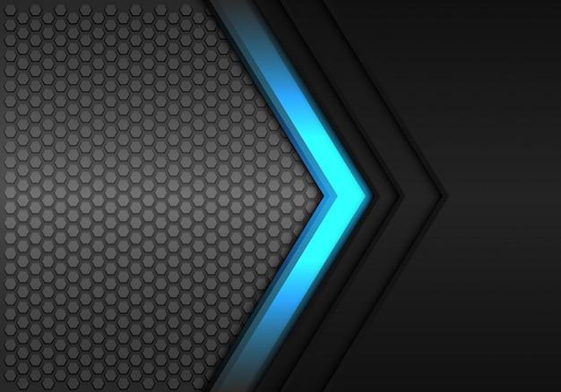 Blauwe pijl richting zwarte zeshoek mesh achtergrond.