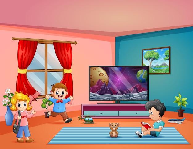 Blije kinderen die in de woonkamer spelen