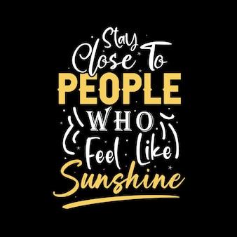 Blijf dicht bij mensen die zin hebben in zonneschijn motiverende citaten tshirt ontwerp