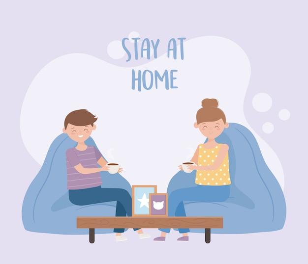 Blijf thuis, man en vrouw koffiekopje in de woonkamer