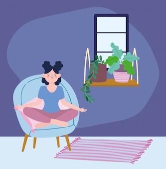 Blijf thuis, meisje in meditatie yoga pose op stoel