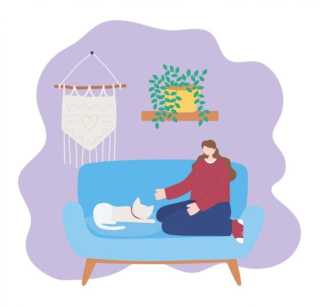 Blijf thuis, meisje met kat zittend op de bank, zelfisolatie, activiteiten in quarantaine voor coronavirus