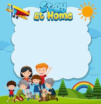 Blijf thuis titel met gelukkige familie in het park. copyspace achtergrond