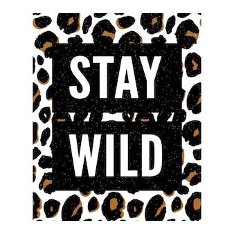 Blijf wild tekst met dierenmodeprint. patroon met letters en luipaardeffect