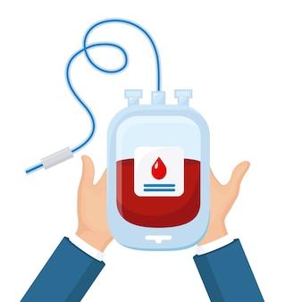 Bloedzak met rode daling in vrijwilligershand op witte achtergrond. donatie, transfusie in het concept van het geneeskundelaboratorium. red het leven van een patiënt. pack van plasma.