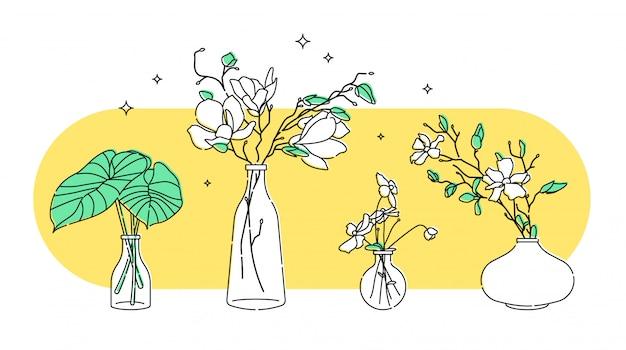 Bloemen en bladeren in glazen vaas