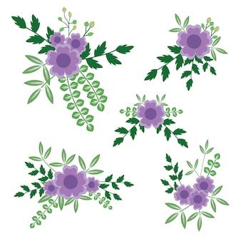 Bloemenregeling met purpere bloemen en takken.