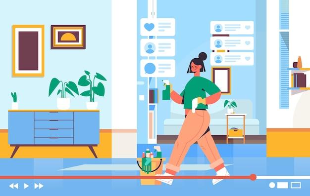 Blogger met behulp van spray en stofdoek opname online video blog live streaming bloggen concept meisje schoonmaak kamer horizontaal