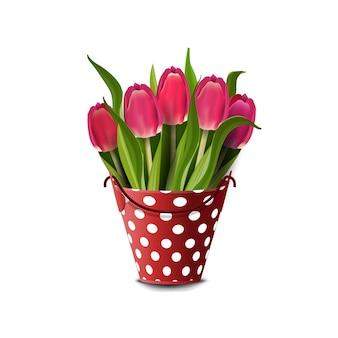 Boeket van tulpen in een emmer die op wit wordt geïsoleerd