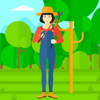 Boer met snoeischaar in de tuin.