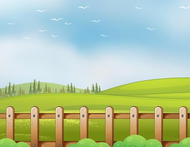 Boerderij in de natuurscène met lege heldere blauwe hemel