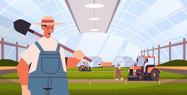 Boeren en tractoren werken aan biologische producten industriële plantage groeiende planten slimme landbouw agribusiness