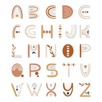 Boho-stijl belettering alfabet met florale elementen en regenbogen.