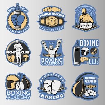 Boksen gekleurde emblemen van kampioenschappen en vechtclubs met sportuitrusting