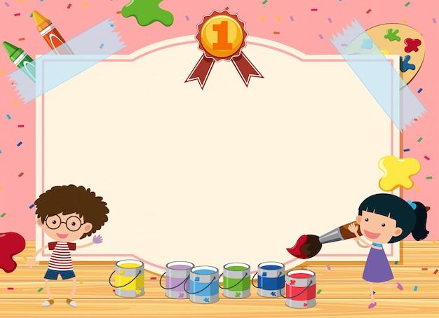 Bordsjabloon met twee kinderen die in de kamer schilderen