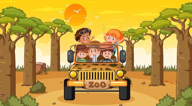 Bos bij zonsondergang met veel kinderen in een jeepauto
