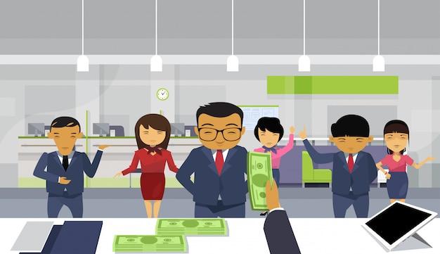 Bos business man hand geld geven aan team van aziatische ondernemers betalen salaris