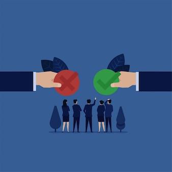 Boss verwart te kiezen vinkje of kruisje voor goedkeuring of afwijzing.