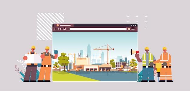Bouwers en ingenieurs in uniform bezig met bouwplaats digitaal bouwconcept webbrowservenster horizontaal