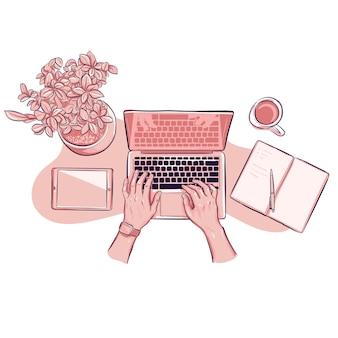 Bovenaanzicht handen bezig met laptop met tablet en kamerplant en koffiekopje