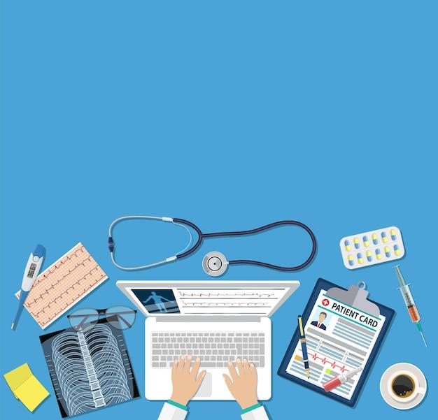 Bovenaanzicht van de werkplek van de dokter, medische apparatuur