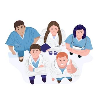 Bovenaanzicht van gelukkige artsen en verpleegkundigen staan camera kijken.