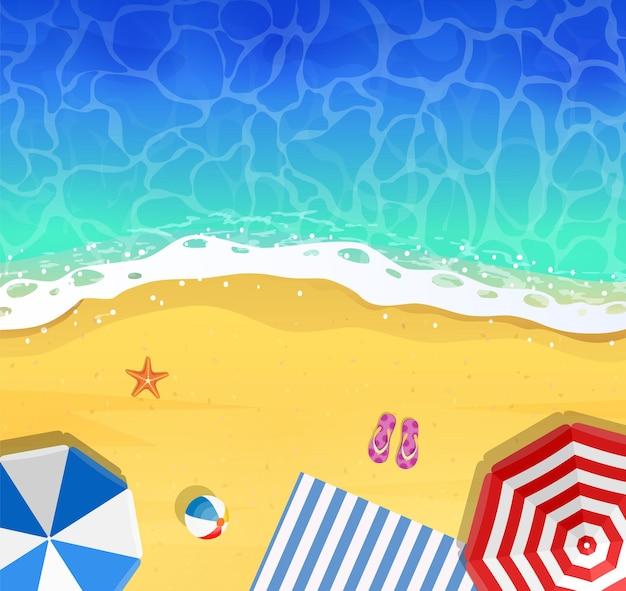 Bovenaanzicht van kalm oceaanstrand met blauwe golven