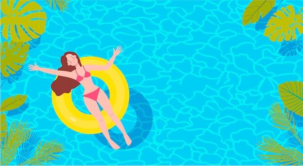 Bovenaanzicht van langharige brunette vrouw in bikini op de gele rubberen ring in het grote zwembad. zomer concept