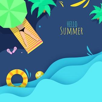 Bovenaanzicht van mens liggend op zonnebank met paraplu, bomen, zwemring, strandbal en blauw papier gelaagde gesneden golven voor hallo zomerconcept.