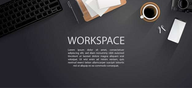 Bovenaanzicht van moderne werkruimte met kantoorbenodigdheden op zwarte tafel