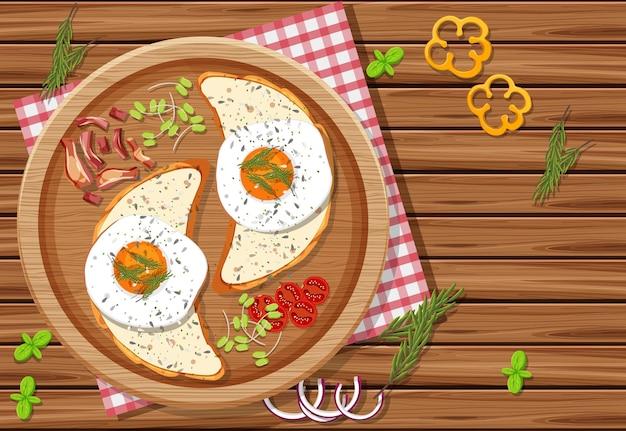 Bovenaanzicht van ontbijtmaaltijd met brood en gebakken eieren erop