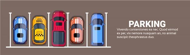 Bovenaanzicht van parkeerplaatsen van de stad met set van verschillende auto's
