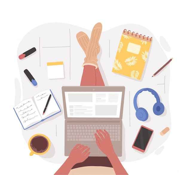 Bovenaanzicht van vrouw zittend op de vloer met gekruiste benen met laptop op schoot omringd door briefpapier, gadgets, kopje koffie. hand getekende karakter illustratie. werken vanuit huis, wemote baanconcept.