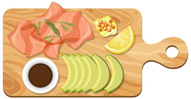 Bovenaanzicht van zalm en avocado op een snijplank geïsoleerd
