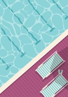Bovenaanzicht van zwembad met ligstoelen en slippers.