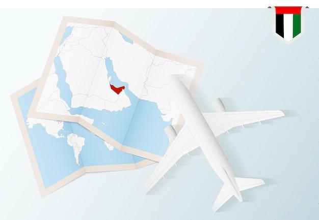 Bovenaanzicht vliegtuig met kaart en vlag van verenigde arabische emiraten