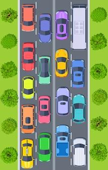 Bovenaanzicht vrachtwagens en auto's op snelweg weg vast in het verkeer