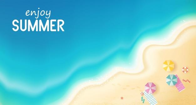 Bovenaanzicht zomer met waterspeeltoestellen geplaatst op het strand strand achtergrond met zwemring