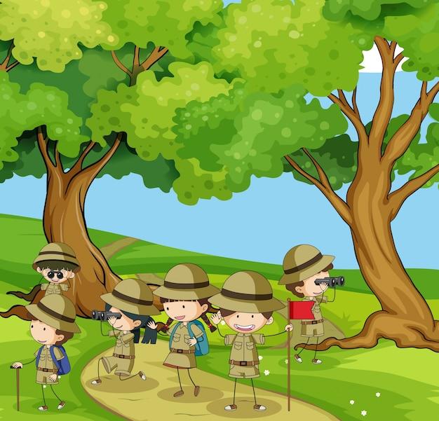 Boyscouts wandelen in de bergen