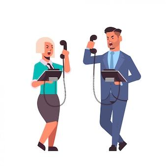 Boze ondernemers schreeuwen agressief tegen de telefoon