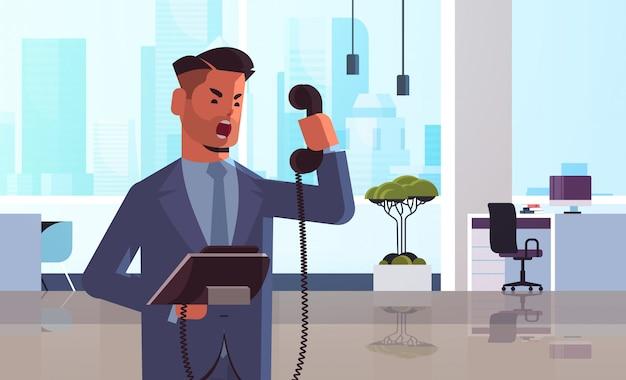Boze zakenman die bij telefoon gilt
