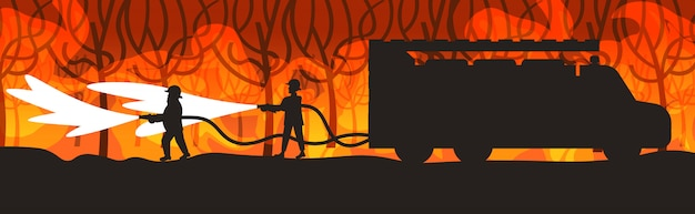 Brandweerlieden blussen van gevaarlijke wildvuur in australië brandweerlieden spuiten water van brandweerwagen vechten bushfire brandbestrijding natuurramp concept intense oranje vlammen horizontaal