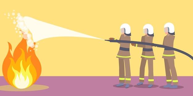 Brandweerlieden in helmen die brand proberen te blussen