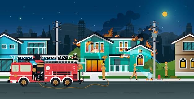 Brandweerlieden sproeien water om thuis branden te blussen.
